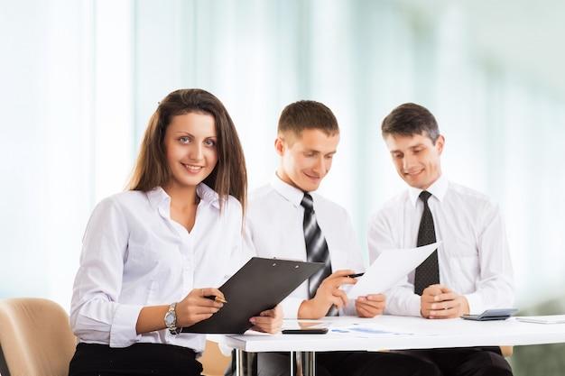 Серьезная встреча деловых людей в офисе. обсуждение Premium Фотографии
