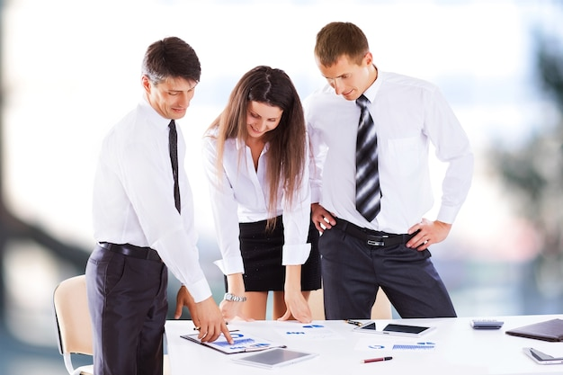 Серьезная встреча бизнесменов в офисе, обсуждение и подписание контракта.