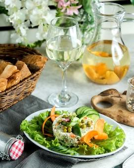 Сервировка оливкового салата с огурцовым декором