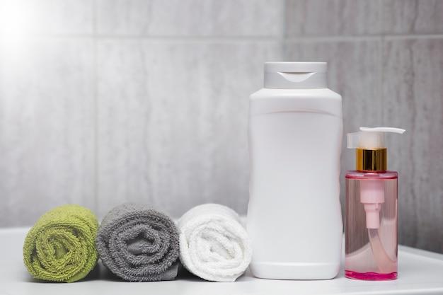 호텔 타월 샴푸와 몸과 머리카락에 대한 샤워 목욕 세트