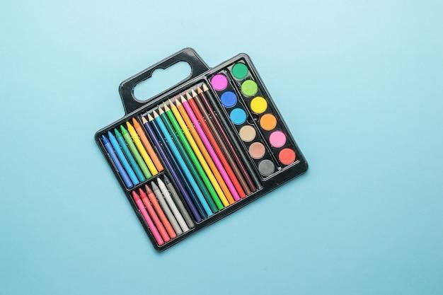 Набор для художника красок, кистей, карандашей и мелков. аксессуары для творчества.