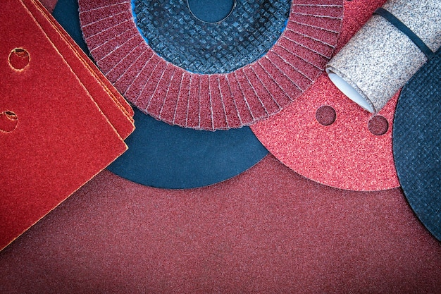 Набор абразивных инструментов и коричневой наждачной бумаги для очистки или шлифования различных предметов