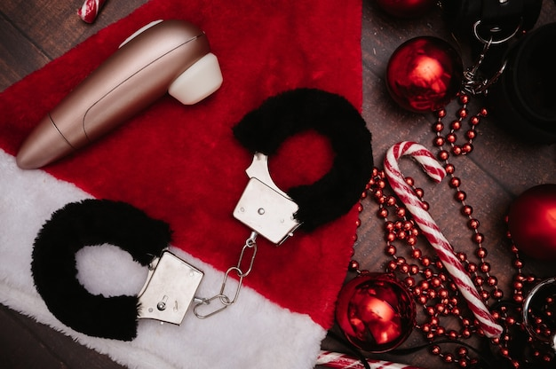 Набор взрослых бдсм-игрушек с новогодним декором. флэтли. наручники, мастурбаторы, новогодние шары.