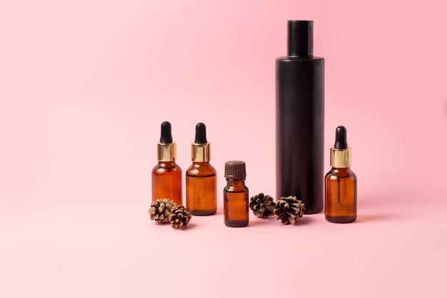 エッセンシャルオイルと化粧品用の琥珀色のボトルのセット。ガラス瓶。スポイト、スプレーボトル