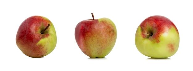 사과 이미지 세트입니다. 잘 익은 육즙이 많은 과일. 자연에서 온 건강과 비타민. 흰색 배경에 고립. 파노라마 형식입니다.