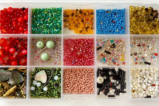 Набор бус разных цветов, форм, размеров в таре.