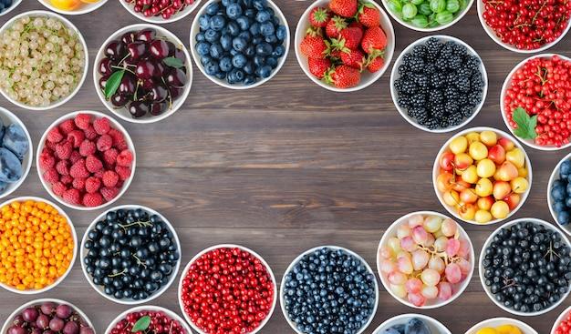 Набор ягод в круглых мисках