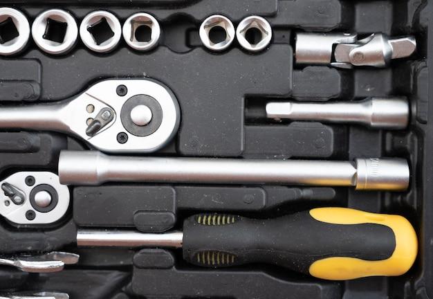 黒と黄色のツールのセット。