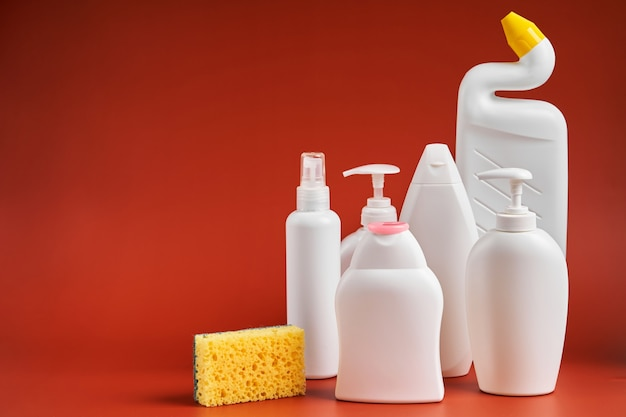 Набор чистых чистых белых пластиковых контейнеров разной формы от бытовых чистящих средств.