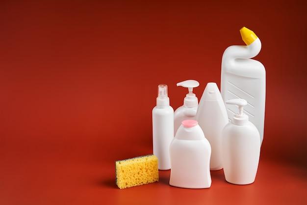 가정용 청소 제품과 다른 모양의 빈 깨끗한 흰색 플라스틱 용기 세트.