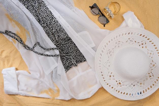 Комплект яркой летней одежды для пляжа на золотистом песке