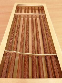 紙箱に詰められた箸のセット。伝統的な寿司道具