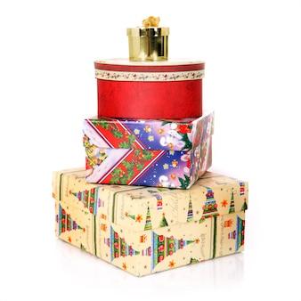 白い背景の上のクリスマスプレゼントのセット