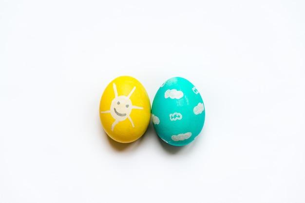 웃는 태양과 푸른 하늘처럼 칠해진 색색의 부활절 달걀 세트.