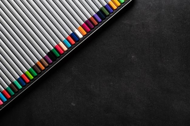 냉장고에 메모를 위해 검은 자석 보드에 파스텔 색연필 세트