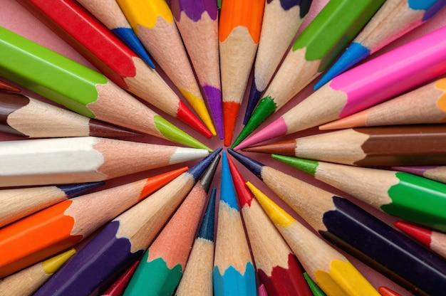 연필에서 원형 배경에 배치 된 색연필 세트
