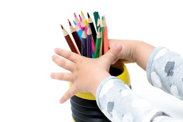 다채로운 연필 세트와 어린이 손