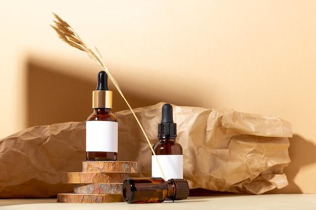 エッセンシャルオイルと化粧品用の琥珀色の化粧品ボトルのセット。ガラス瓶。スポイト、スプレーボトル。自然化粧品のコンセプト。