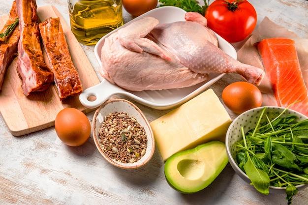 케토 다이어트를위한 다양한 제품 세트. 닭고기, 고기, 계란, 야채, 아보카도, 치즈, 생선