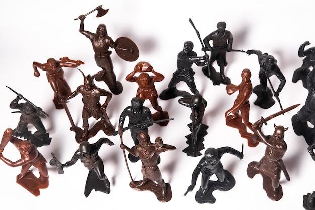 白い背景の上の兵士のさまざまなおもちゃのフィギュアのセット。