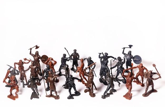 Набор различных игрушечных фигурок солдат на белом изолирован.