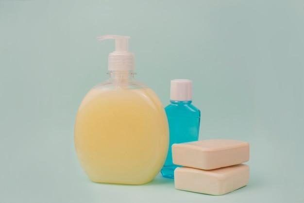瓶の中の細菌に対する消毒石鹸のセット