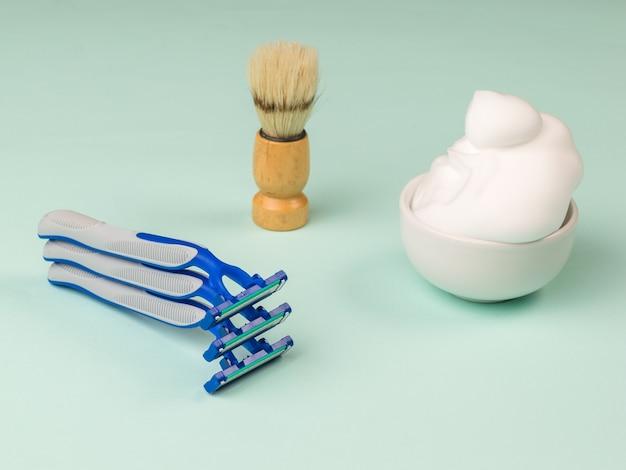 파란색에 일회용 면도기, 거품 및 면도 브러시 세트