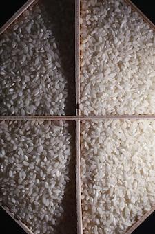 穀物シリアルのセット。米、そば、キビを木製のトレイに入れます。シリアルの食料品セット。穀物の輸入。