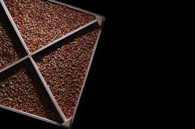 穀物シリアルのセット。木製のトレイにご飯、そば、キビの割り。シリアルの食料品セット。穀物の輸入。