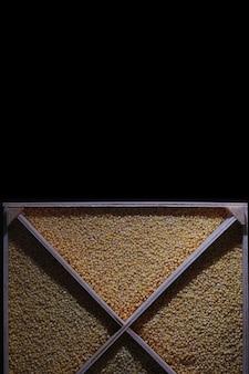 穀物シリアルのセット木製トレイaの米そばとキビの割り