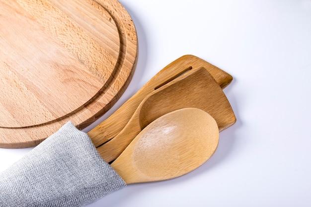 テーブルの上のタオルの台所用品のセット