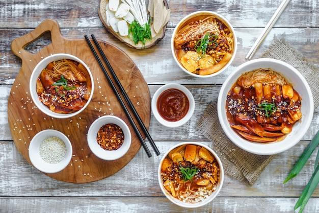 한국 음식 세트는 따뜻하게 제공됩니다.