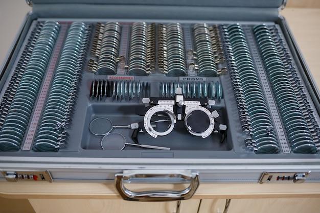 視度をチェックし、異なる視度の眼鏡を選択するためのレンズのセット。視力のための眼鏡の選択。