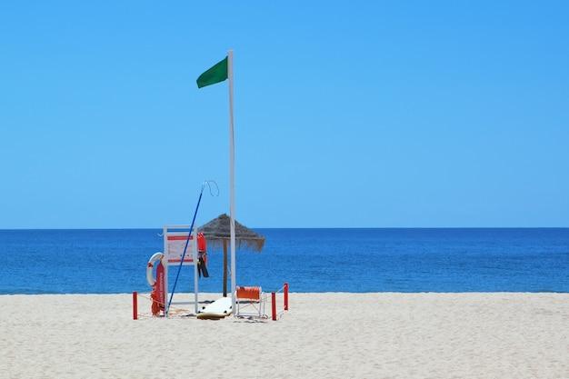 Комплект морского снаряжения спасателя на пляже.