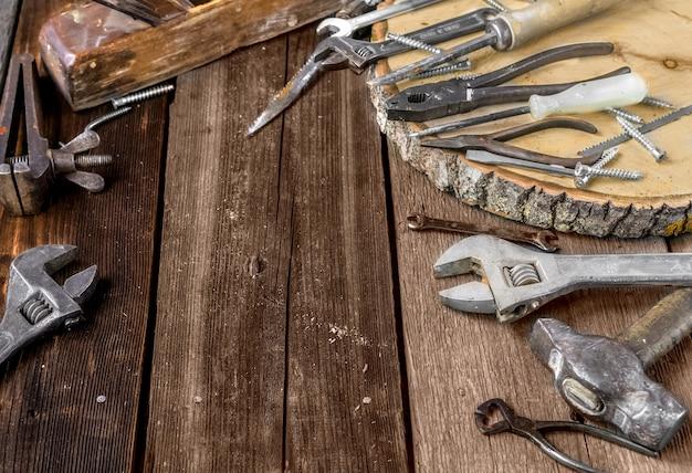 Набор металлических инструментов в мастерской на старом деревенском деревянном фоне день отца