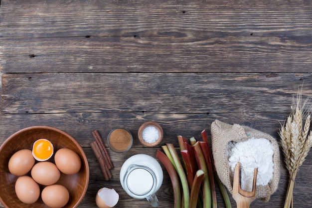 Набор натуральных продуктов для запекания торта из ревеня.