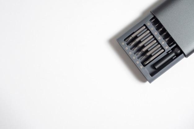 흰색 배경에 격리된 케이스에 비트가 있는 드라이버 세트. 작업을 위한 도구. copyspace, 작업 도구