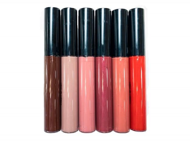 白地に分離されたさまざまな赤、ベージュ、茶色、桃、ピンク、プラムの色合いの6つの口紅のセットです。美容コンセプト。