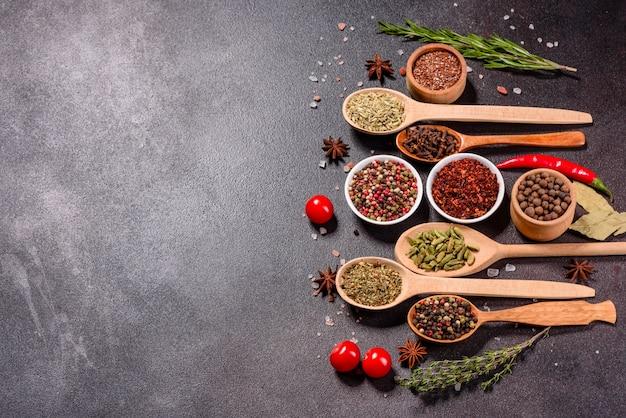 スパイスとハーブのセット。インド料理。コショウ、塩、パプリカ、バジルなど。上面図。
