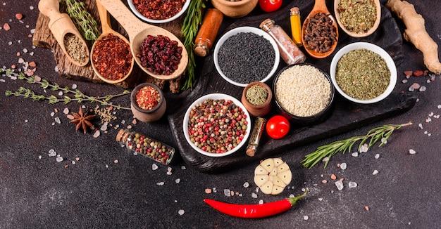 スパイスとハーブのセット。インド料理。コショウ、塩、パプリカ、バジル。上面図。