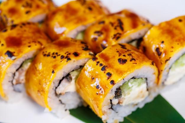 Набор суши из разных ролей и с разной начинкой. суши-меню. японские суши для гурманов.