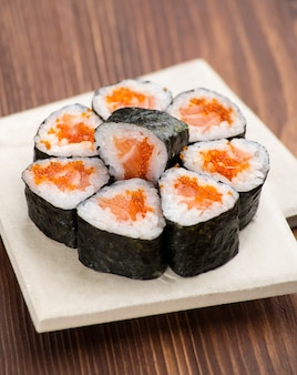 접시에 캐 비어와 초밥 세트
