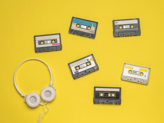 노란색 표면에 테이프 레코더 및 헤드폰 세트