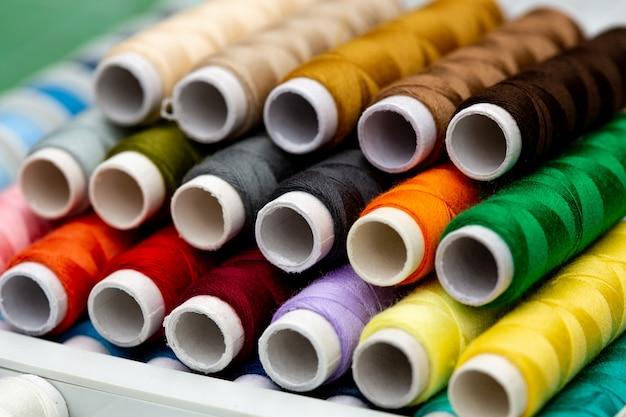 다른 색상의 스레드 세트. 바느질과 바느질을위한 여러 가지 스레드.