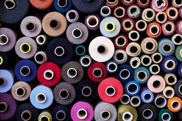 異なる色とサイズの糸のセット