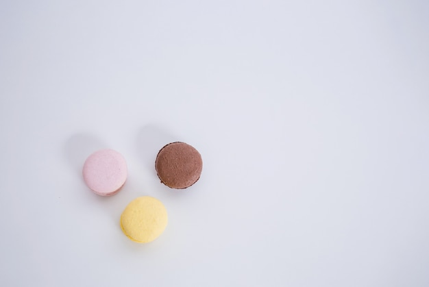 スペースのコピーが付いたホワイトスペースに3つのマカロニのセット。茶色、黄色、ピンクのマカロニが輪になっています。