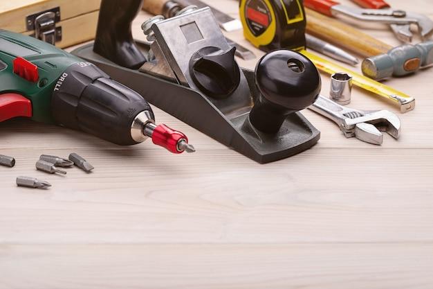 집안일을위한 도구 세트. 가정용 도구의 배경. 클로즈업, 스튜디오 촬영, 복사 공간.