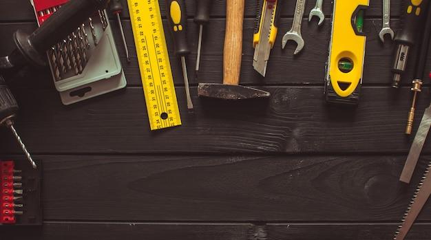 コピースペースのある木製のテーブルの上に半円状に配置されたツールのセット