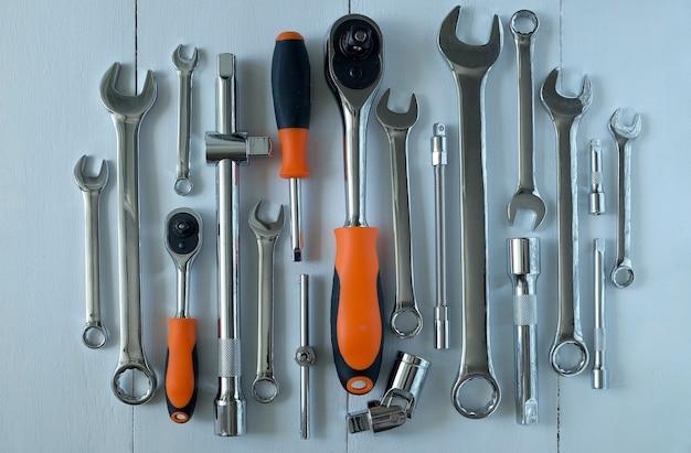 Набор инструментов для ремонта автомобиля на светлом покрытии.