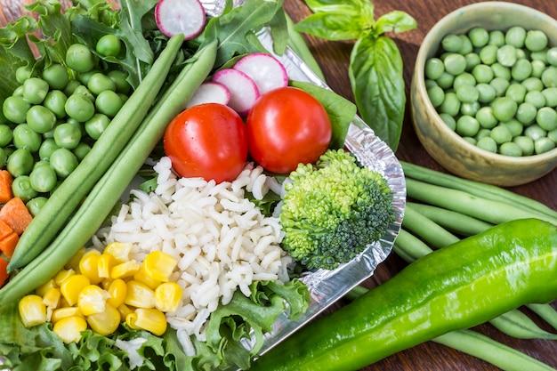 건강한 식단을위한 쌀과 야채 세트 : 옥수수, 완두콩, 아스파라거스, 당근, 브로콜리, 양상추